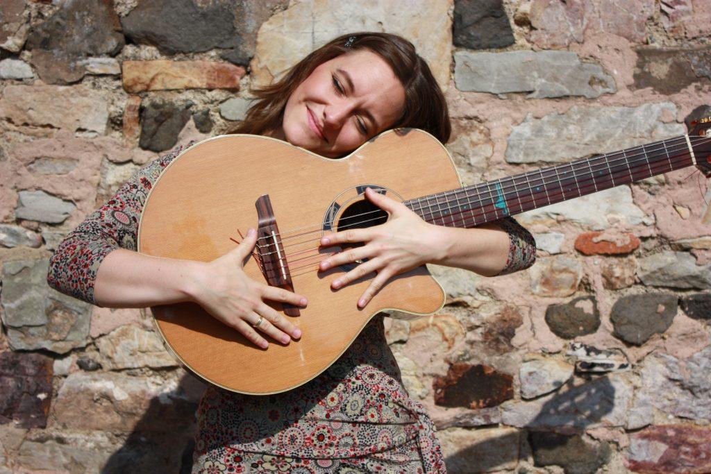 Jule liebt ihre Gitarre
